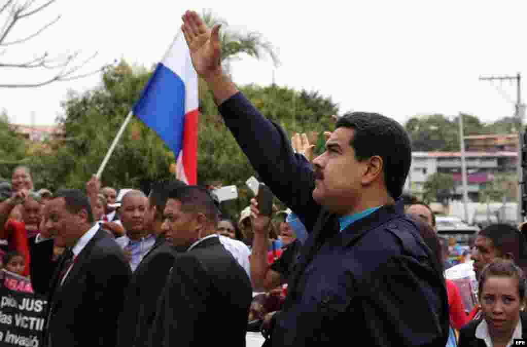 El presidente de Venezuela, Nicolás Maduro, saluda a su llegada al barrio El Chorrillo de Ciudad de Panamá.
