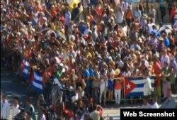 Cubanos se agolpan junto a la embajada estadounidense para presenciar la ceremonia.