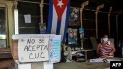 """Vista de un letrero que dice """"No se aceptan CUC"""" en una tienda de abarrotes en La Habana, en septiembre 2020."""