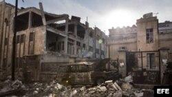 Vista de un coche y unos edificios destruídos en el barrio de Saif Al Dawla en Alepo, Siria, en la víspera del segundo aniversario de la revolución siria, hoy, jueves 14 de marzo de 2013 EFE/Maysun