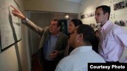 El expresidente Eduardo Frei acompaña a Rosa María Payá a la casa-museo de su padre, Eduardo Frei Montalva
