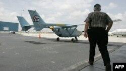 José Basulto, de Hermanos al Rescate, camina hacia una de las avionetas.