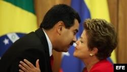 El presidente de Venezuela Nicolás Maduro (i) saluda a su homóloga brasileña Dilma Rousseff (d) hoy, jueves 9 de mayo de 2013, en el Palacio Presidencial de Planalto en Brasilia (Brasil).