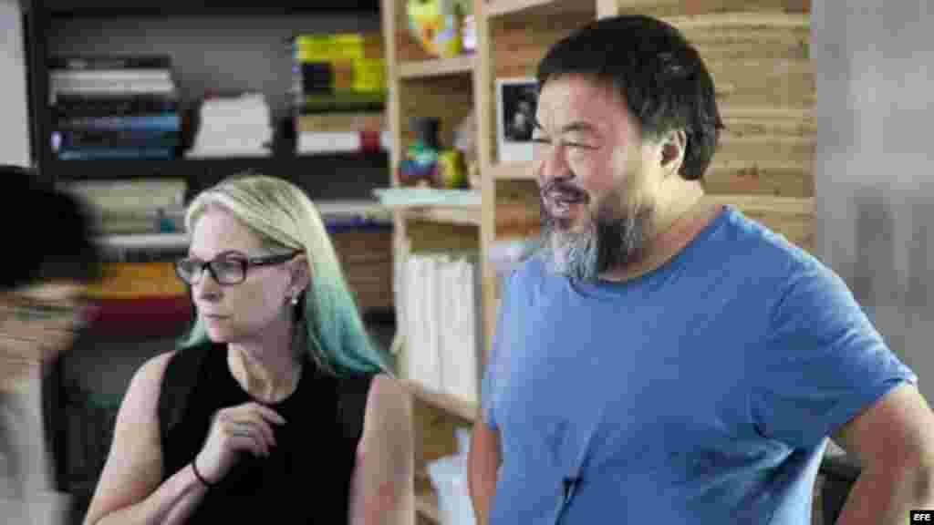 Ai Weiwei, junto a la directora ejecutiva de la FOR-SITE Foundation, Cheryl Haines, durante la instalación de la exposición de sus nuevos trabajos creados específicamente para la antigua prisión Alcatraz.