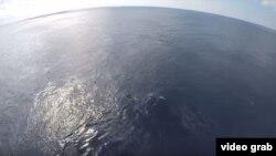 El crucero Carnival Glory rescata a un grupo de cubanos en una pequeña embarcación a la deriva.