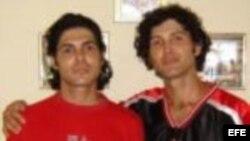 Marcos Maikel Lima Cruz junto a su hermano Antonio. Foto de archivo