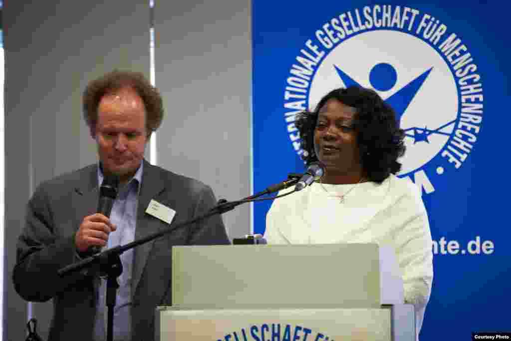 Berta Soler habla en la plenaria junto al traductor Edgar Lamm