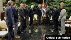 """Raúl Castro recibe a Patrick Leahy y otros congresistas de EE.UU. en febrero de 2017. Castro le dijo ese día al Encargado de Negocios Jeffrey DeLaurentis (1ro izq) que estaba """"sorprendido"""" por los problemas de salud de varios diplomáticos estadounidenses."""