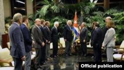 Raúl Castro recibe al senador Patrick Leahy y a otros legisladores estadounidenses en febrero de 2017 (Foto: Archivo).