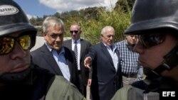 Expresidente de Colombia Andrés Pastrana y el de Chile Sebastián Piñera frente a la cárcel militar