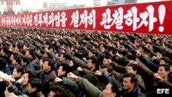 Miles de cuidadanos se congregan en la plaza KIM IL SUNG de Pyongyang, para demostrar su lealtad al régimen.
