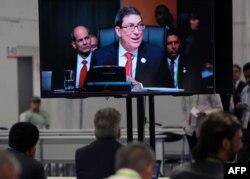 Periodistas en la sala de prensa de la VIII Cumbre de las Américas en Lima siguen la intervención del canciller cubano, Bruno Rodríguez.