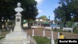 Vista general del busto de José Martí en el parque de Carlos Rojas, Matanzas, con Abascal encadenado.