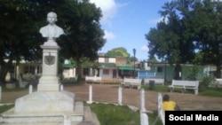 Vista general del busto de José Martí en el parque del poblado de Carlos Rojas, con Abascal encadenado.