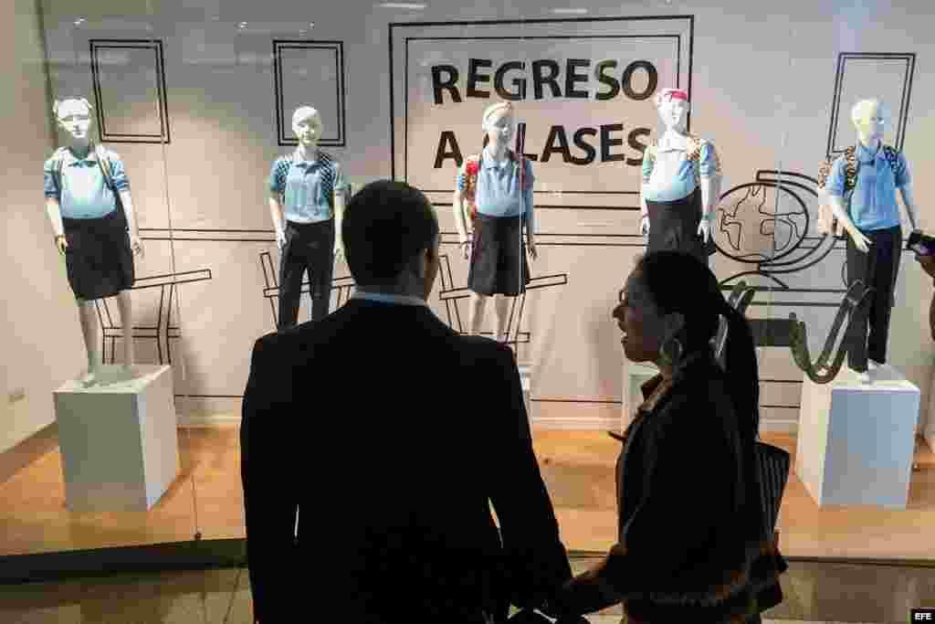 """Un escaparate llama la atención en estos días en uno de los tantos centros comerciales de la capital venezolana, donde los maniquíes, lejos de mostrar nuevas prendas, destacan por las barrigas de las niñas de plástico, una iniciativa de la ONG """"Contruyen"""