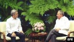 Fotografía cedida por el Ayuntamiento del Distrito Federal hoy, viernes 29 de mayo de 2015, de Raúl Castro (d), recibiendo al alcalde de México DF, Miguel Ángel Mancera (i), en La Habana (Cuba).