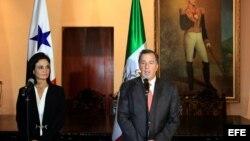 La canciller y vicepresidenta panameña, Isabel De Saint Malo (i), junto al ministro mexicano de Relaciones Exteriores, José Antonio Meade (d), durante una rueda de prensa.