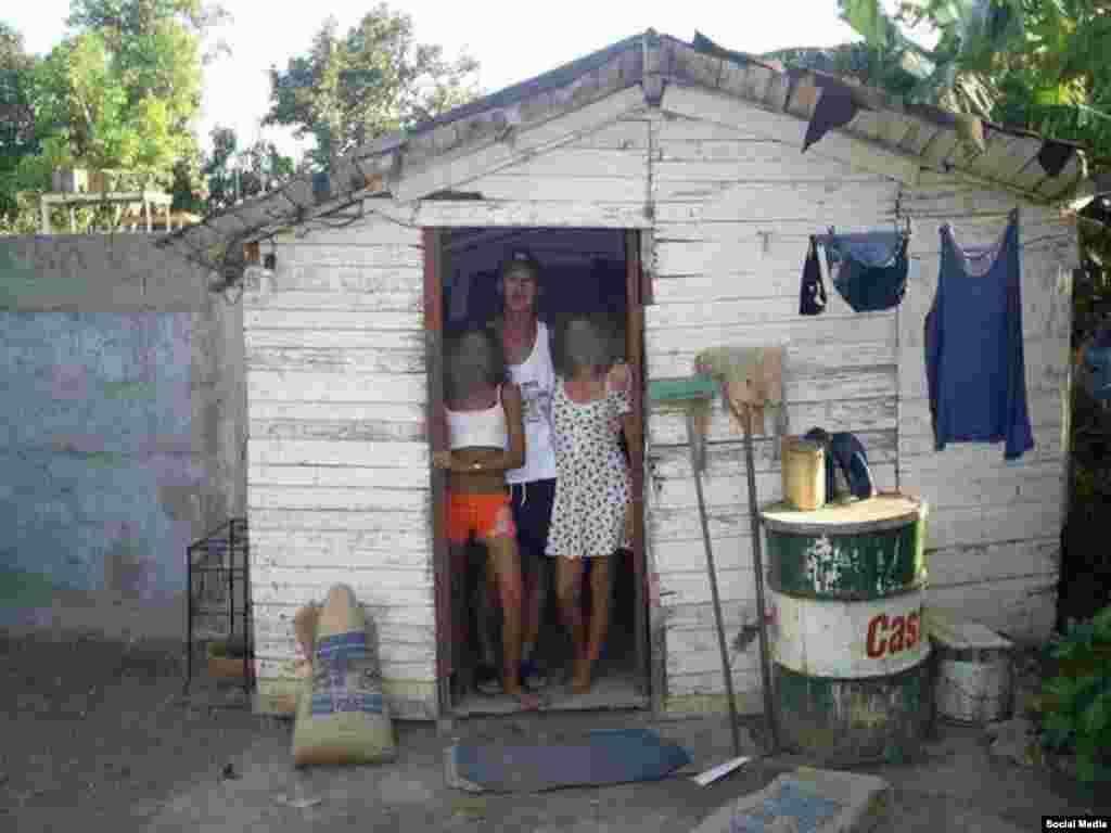 Cubadave posa junto a dos cubanas.