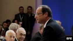El presidente de Francia Francois Hollande (dch) saluda a la Secretaria de Estado estadounidense Hillary Clinton