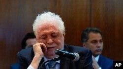 En esta fotografía de archivo del 3 de marzo de 2020, el ministro de Salud de Argentina, Ginés González García, confirma el primer caso del coronavirus en el país, durante una conferencia de prensa en Buenos Aires.