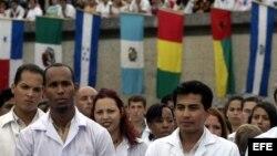 Estudiantes cubanos y extranjeros asisten a una graduación de médicos en Cuba.