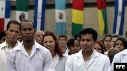 Estudiantes asisten a una graduación de médicos en la Escuela Mártires de Girón en La Habana.