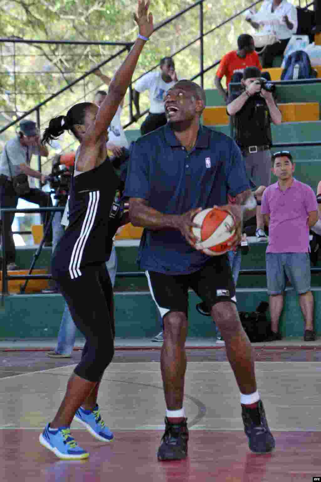 El exatleta y embajador internacional de la NBA Dikembe Mutombo durante una clase demostrativa junto a directivos y entrenadores de la NBA en La Habana (23 de abril, 2015).