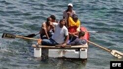 Un grupo de cubanos a bordo de una embarcación rústica intenta salir por mar hacia Estados Unidos. Archivo (4 de junio, 2009).