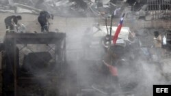 Voluntarios trabajan en la remoción de escombros hoy, martes 15 de abril de 2014, en el cerro Las Cañas, en la zona alta de Valparaíso (Chile)