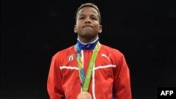 El cubano Joahnys Argilagos posa con su medalla luego de ganar en los partidos de boxeo en los Juegos Olímpicos de Río 2016 en Río de Janeiro el 14 de agosto de 2016