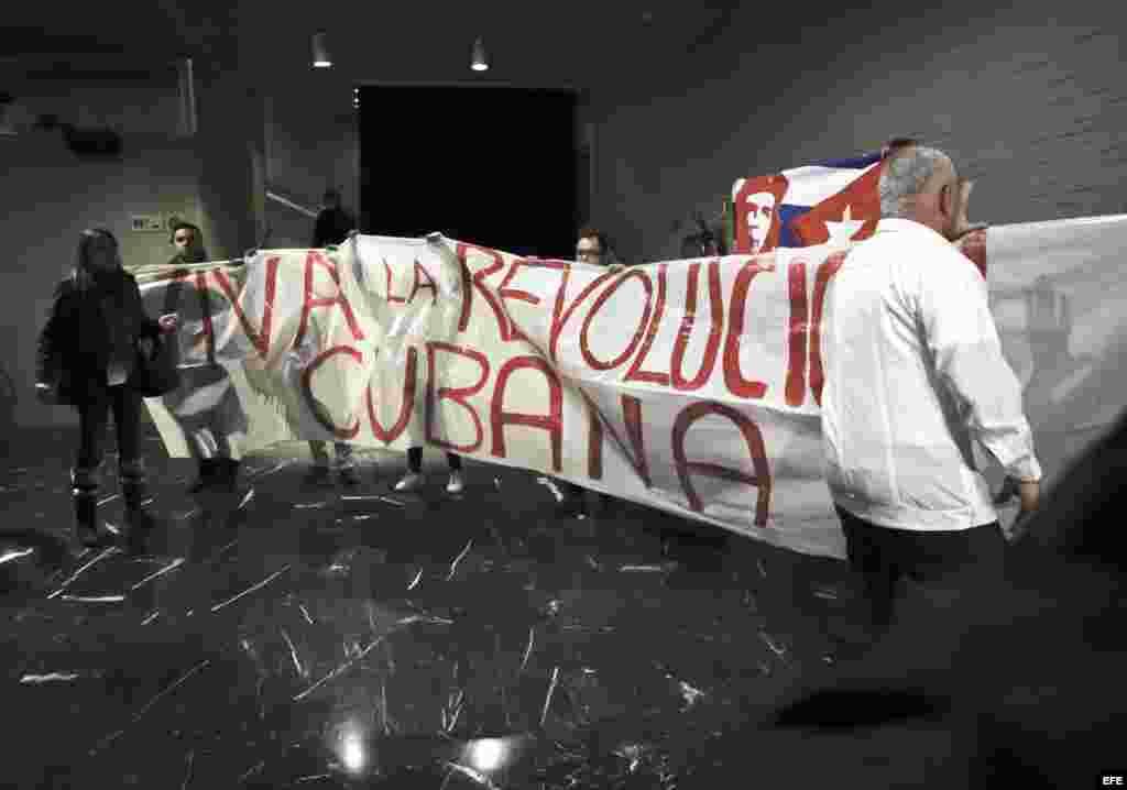 Partidarios de Fidel Castro con pancartas interrumpen el acto que las Damas de Blanco han organizado hoy en la Casa de América de Madrid al que ha asistido Esperanza Aguirre. En el acto se ha producido un enfrentamiento entre los asistentes, con gritos y