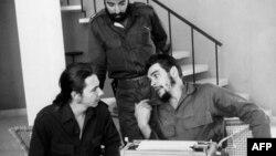 """En esta foto de 1960, Ernesto """"Che"""" Guevara, Raúl Castro y Antonio Núñez Jiménez (Centro)."""