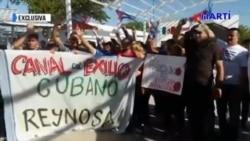 Migrantes llevarán rosas durante una marcha a agentes fronterizos