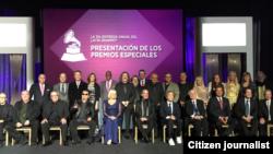 Chirino posa junto al resto de galardonados en los premios especiales del Grammy Latino 2014).