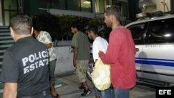ARCHIVO: Un grupo de balseros cubanos capturados en México.