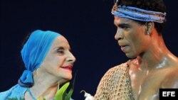 La directora del Ballet Nacional de Cuba, Alicia Alonso (i), saluda al público junto al bailarín Carlos Acosta (d) hoy, 15 de julio de 2009, durante una gala ofrecida en su honor por el Royal Ballet de Londres en La Habana (Cuba).