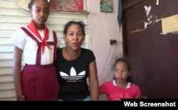 Antuanet Creagh y sus dos hijas.