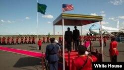 El presidente estadounidense, Barack Obama , fue recibido con honores en Tanzania, la última escala de su gira.