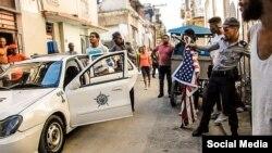 """Arresto de Otero Alcántara cuando intentó realizar el performance """"El hombre de la bandera"""", en La Habana, al margen de la XIII Bienal de La Habana."""