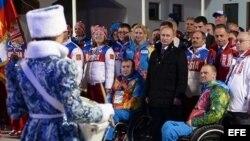 Vladímir Putin (c-d), durante una visita a la Villa Paralímpica de Sochi (Rusia) ayer, jueves 6 de marzo de 2014.
