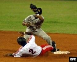 Carlos Tabares se desliza en segunda base durante el juego entre Cuba y Nicaragua el 23 de febrero de 2006, en el estadio Latinoamericano de La Habana.