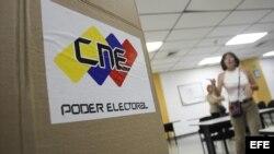 Preparativos de un centro electoral en Caracas, de cara a las elecciones presidenciales del próximo domingo en Venezuela