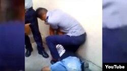 Fotograma del video que muestra la detención del rapero Pupito en sy, el pasado 12 de noviembre en La Habana.