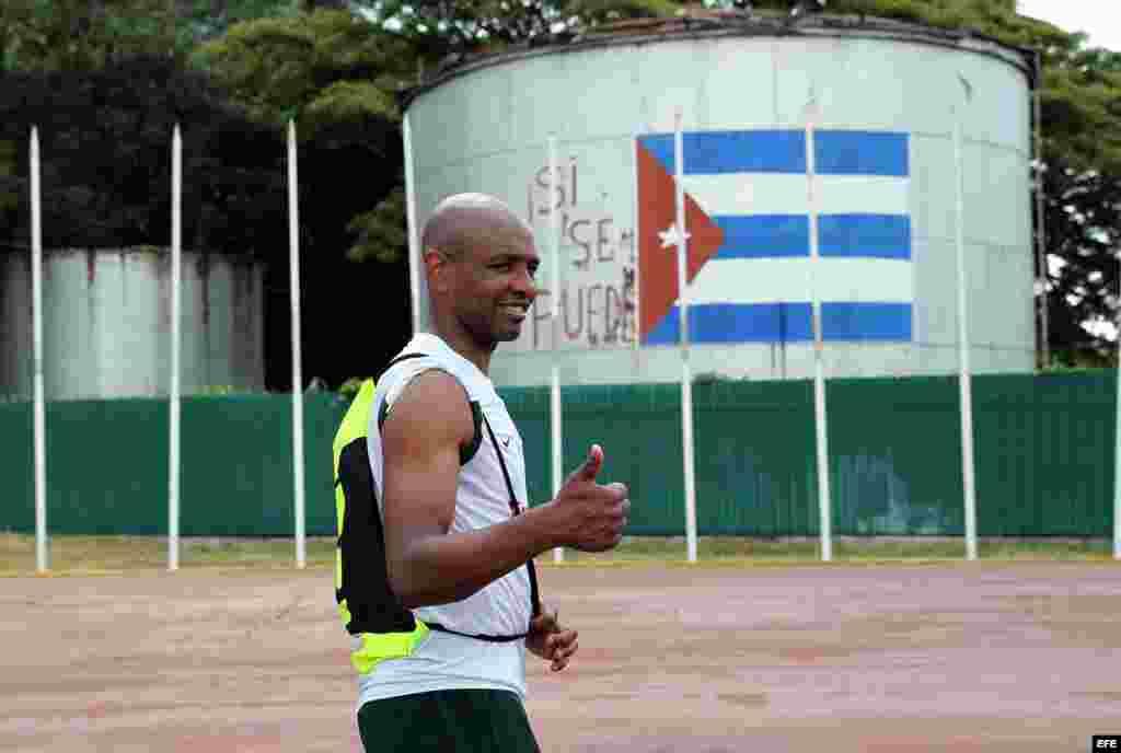 El futbolista Marcos Senna, del equipo Cosmos, de Nueva York, saluda durante la jornada de entrenamiento en Cuba..