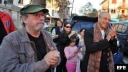 Silvio Rodríguez (i) y el músico cubano Issac Delgado (d), residente en Estados Unidos desde hace siete años, participan en un concierto en La Habana (Cuba).