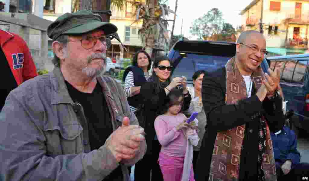 Silvio Rodríguez (i) y el músico cubano Isaac Delgado (d), residente en Estados Unidos desde hace siete años, participan en un concierto en La Habana (Cuba).