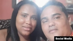 Esteban Rodríguez junto a su esposa Zuleidis Gómez. (Foto: Facebook)
