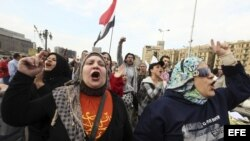 Manifestantes egipcios participan en una protesta organizada por la oposición en contra de las últimas decisiones del presidente egipcio, Mohamed Mursi, en la plaza Tahrir de El Cairo, Egipto.