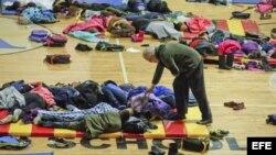 Estudiantes refugiados en los gimnasios de sus colegios en Atlanta