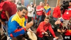 Nicolás Maduro (i), participa en un acto de su campaña en Puerto Ordaz (Venezuela).